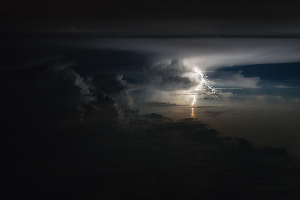 «6 το πρωί, πετώντας πάνω από την Καραϊβική, ένα σκοτεινό πρωινό του Απρίλη» γράφει στη συνοδευτική λεζάντα ο Σαντιάγκο Μπόρχα