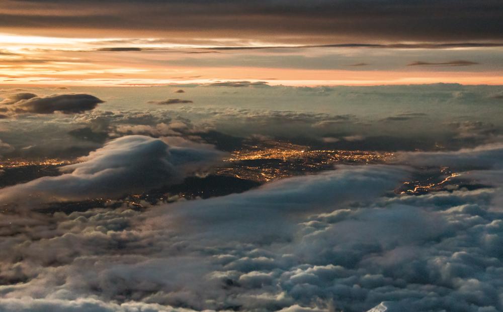 Ηλιοβασίλεμα πάνω από τον Ισημερινό και το ηφαίστειο Αντισάνα, εκεί που τελειώνουν οι Ανδεις και αρχίζει η Αμαζονία