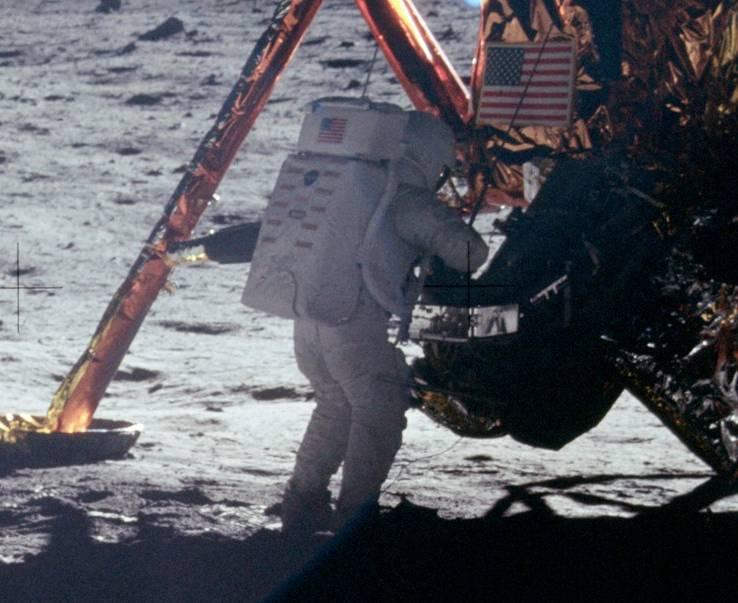 Ο αστροναύτης του Apollo 11 Νιλ Αρμστρονγκ πατάει πάνω στην επιφάνεια της Σελήνης στις 20 Ιουλίου 1969 - ο πρώτος άνθρωπος που περπάτησε στο Διάστημα