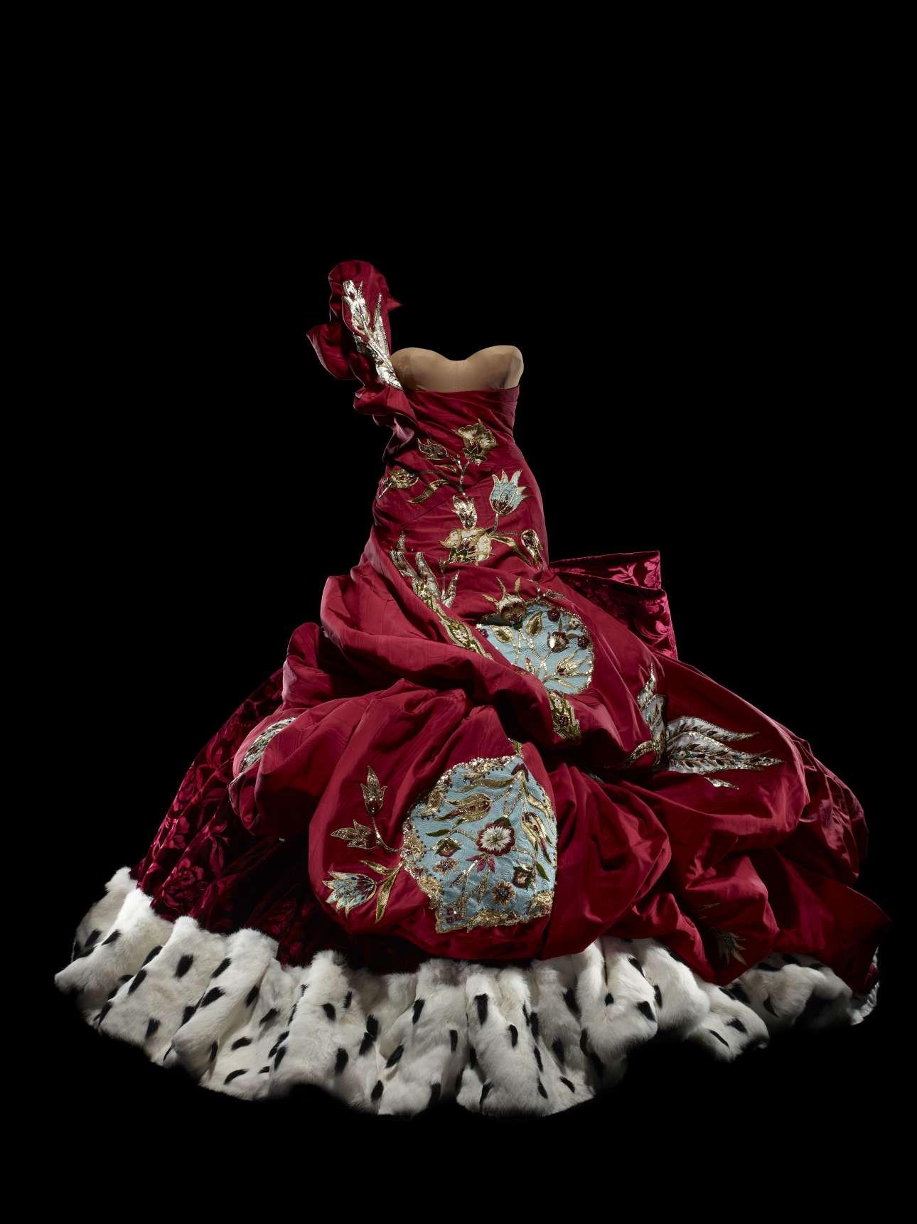 Ενα αριστουργηματικό φόρεμα - δημιουργία του εμβληματικού σχεδιαστή του οίκου Dior Τζον Γκαλιάνο, για τη συλλογή του 2004