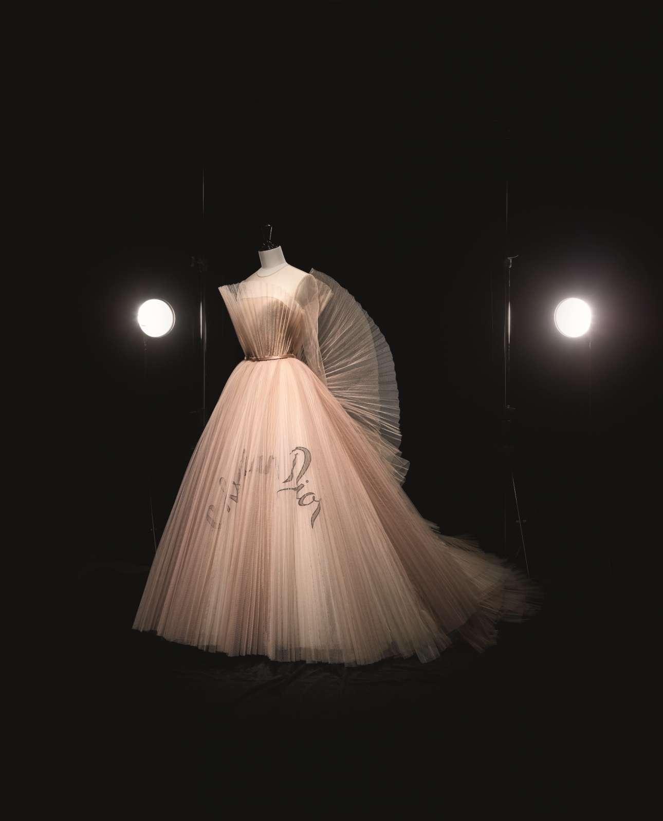 Η πρώτη γυναίκα σχεδιάστρια στην ιστορία του θρυλικού οίκου, η Μαρία Γκράτσια Κιουρί, σχεδίασε ένα υπέροχο ρομαντικό φόρεμα για τη συλλογή Ανοιξη/Καλοκαίρι του 2018