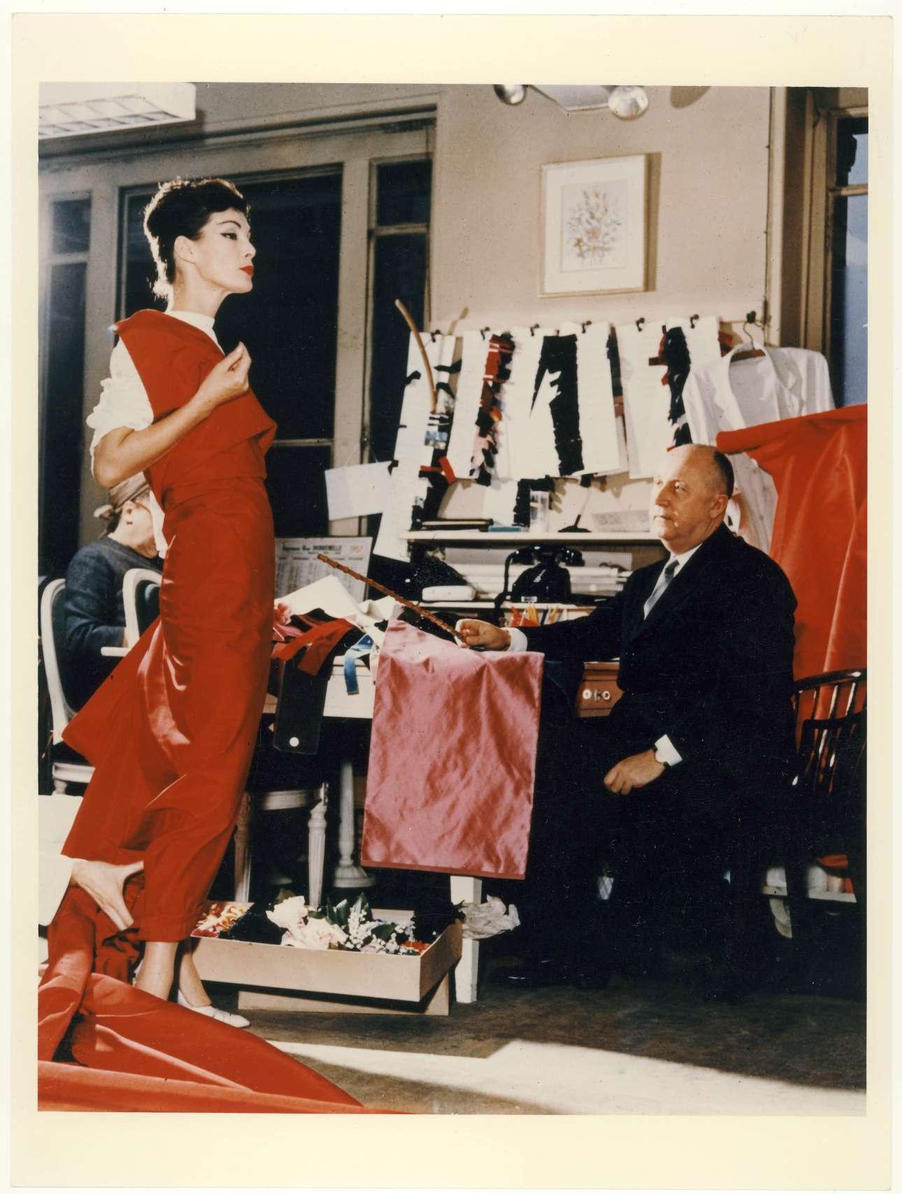 Ο Κριστιάν Ντιόρ εν δράσει με το μοντέλο Λάκι, το 1955