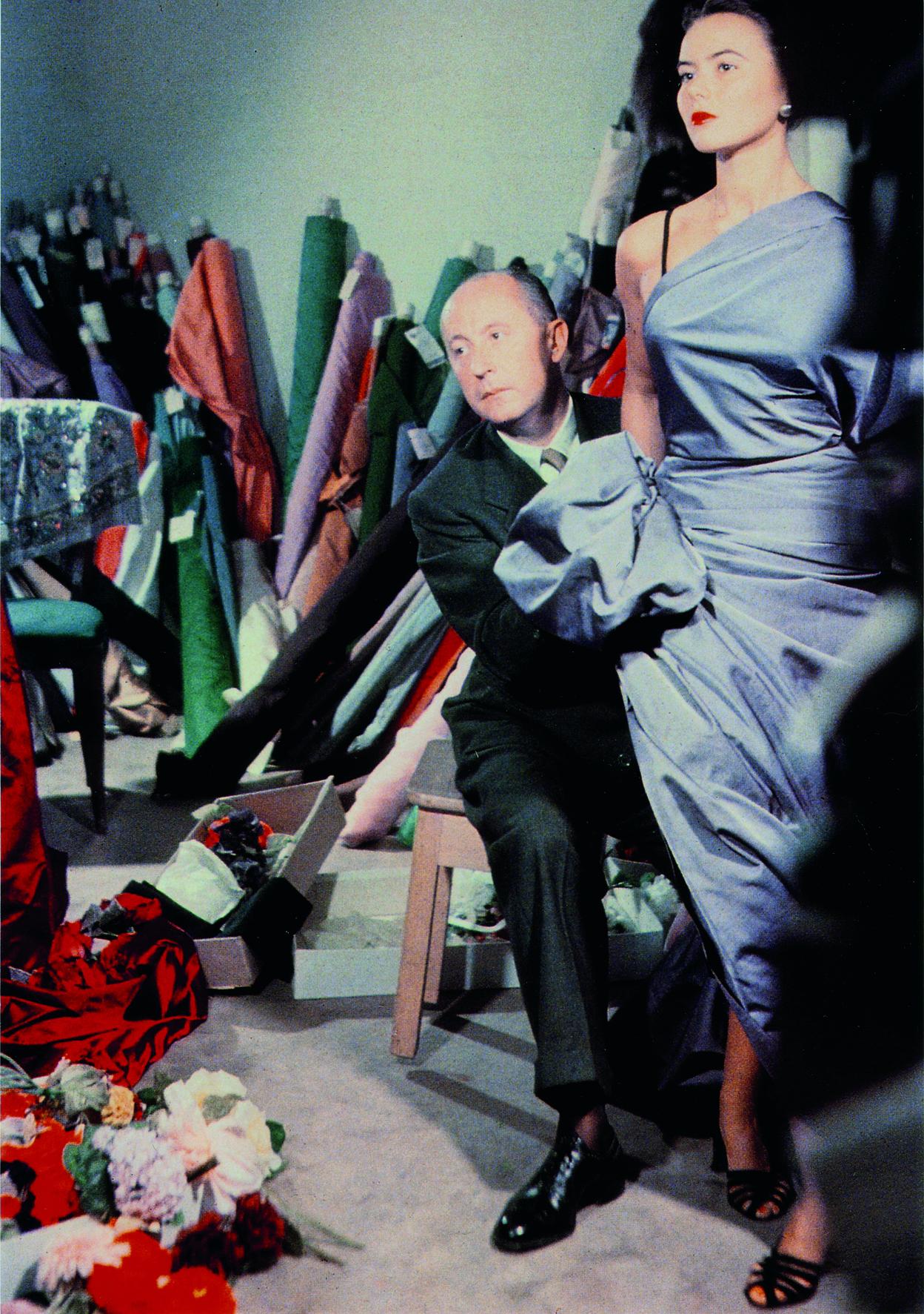 Ο Κριστιάν Ντιόρ με το μοντέλο Σιλβί στο ατελιέ του, το 1948