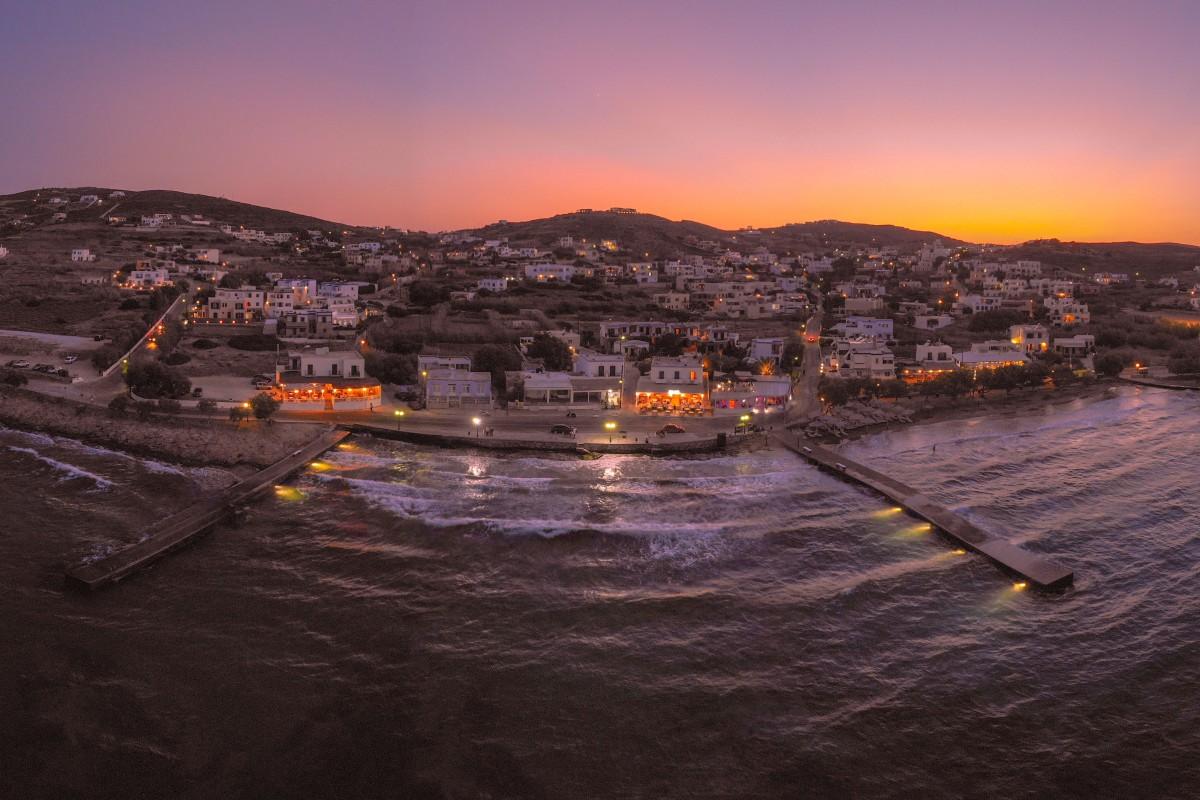 Μαγευτικό δειλινό πάνω από την παραλία της Αζολίμνου, στη Σύρο