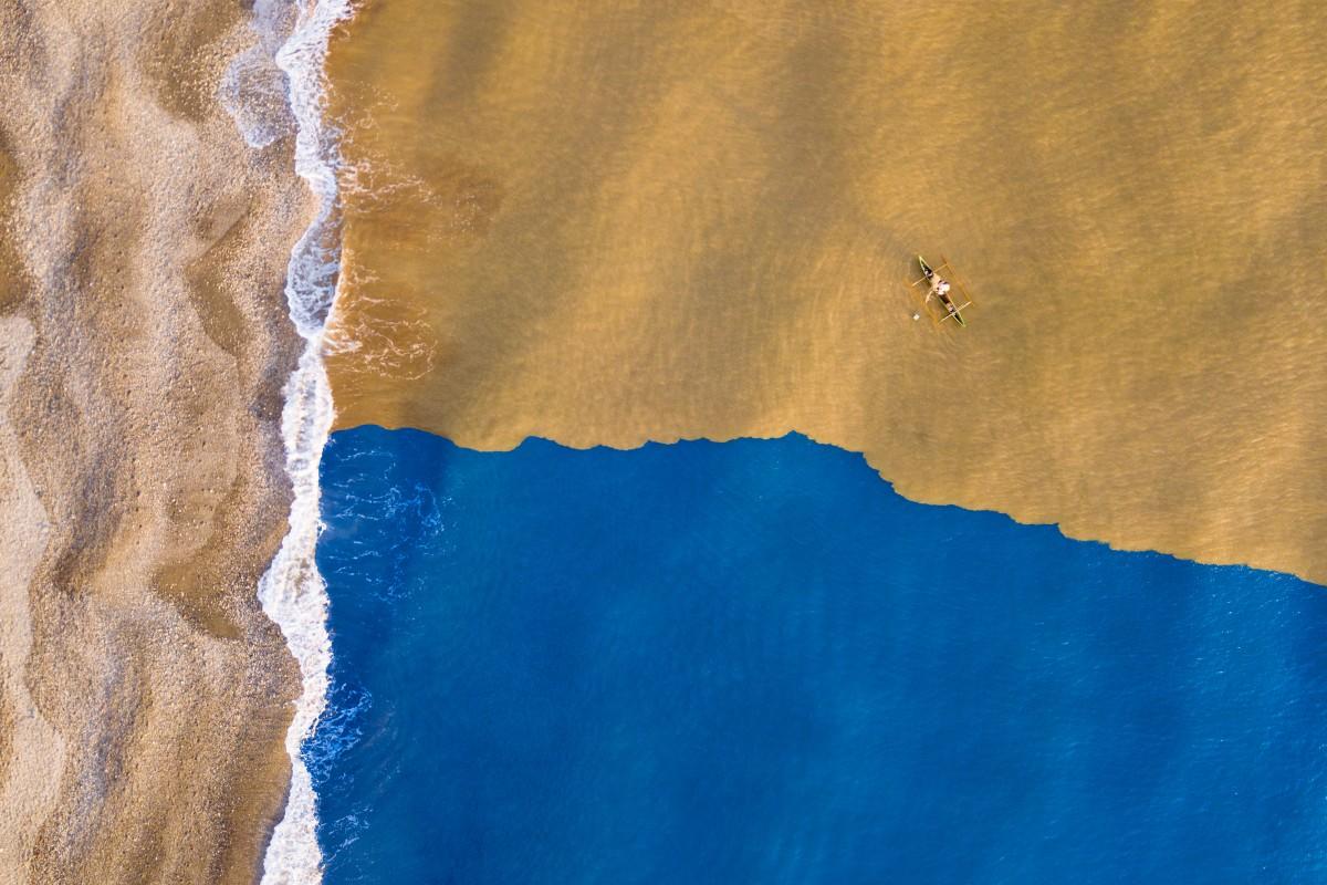 «Εκεί που το λασπωμένο ποτάμι συναντάει τον ωκεανό»: τα πρωτοβρόχια κατέβαζουν σκουπίδια και λάσπη στη θάλασσα του νησιού Τιμόρ-Λέστε στην Ινδονησία