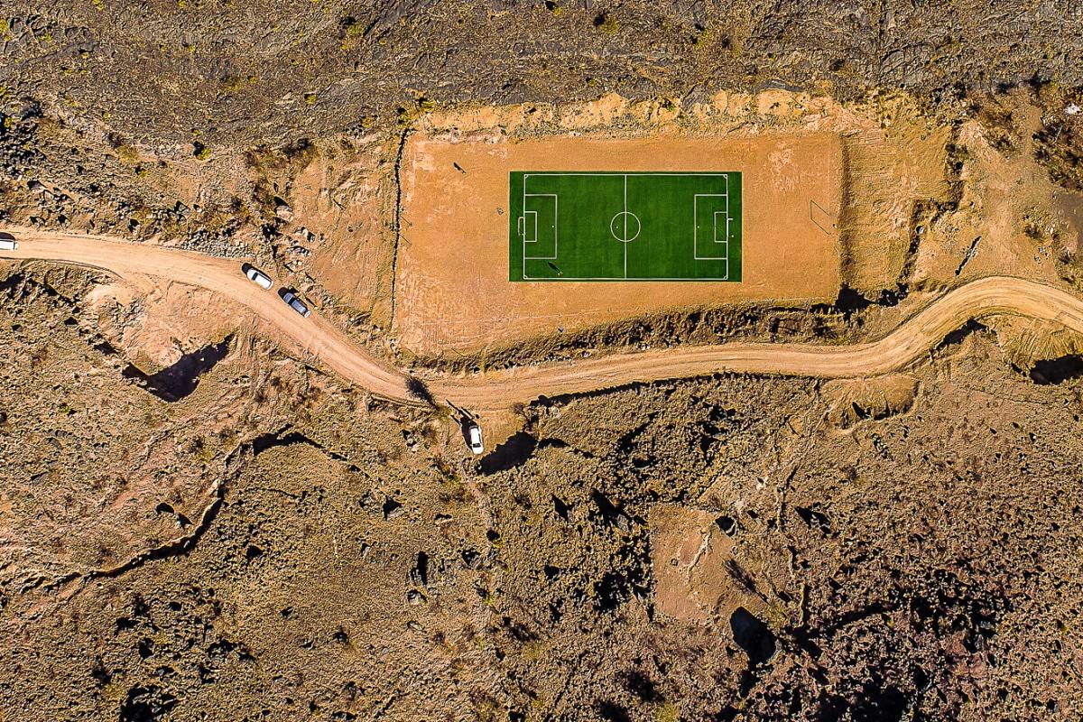 Ενα γήπεδο ποδοσφαίρου στην μέση του πουθενά... στα Ορη Τζαμπάλ του Ομάν