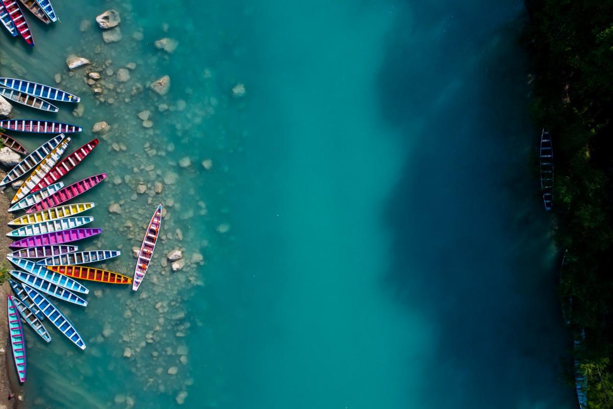 Πολύχρωμα κανό αναμένουν τουρίστες στους καταρράκτες Ταμούλ του Μεξικού