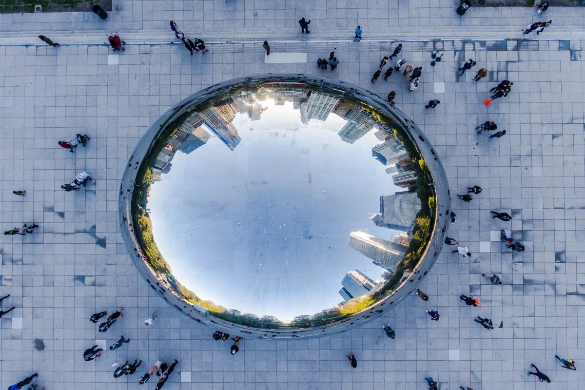 Το διάσημο μεταλλικό γλυπτό του Ανίς Καπούρ στο Σικάγο, γνωστό και ως «Bean» («Φασόλι»), φωτογραφημένο από μία ασυνήθιστη γωνία
