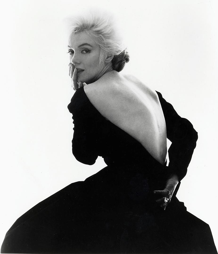 H Μέριλιν Μονρό με μία εντυπωσιακή μαύρη τουαλέτα Dior σε φωτογράφιση για το περιοδικό Vogue, τον Ιούνιο του 1962. Εξι βδομάδες αργότερα, η λαμπερή ηθοποιός έβαλε τέλος στη ζωή της με υπερβολική δόση από βαρβιτουρικά