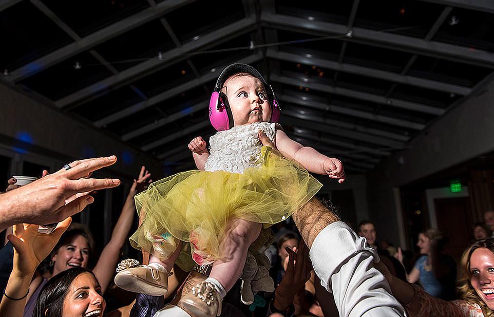 «Ολα τα μωρά στην πίστα»… κυριολεκτικά. Το κοριτσάκι συμμετέχει στο γλέντι, φορώντας ωστόσο προστατευτικά ακουστικά