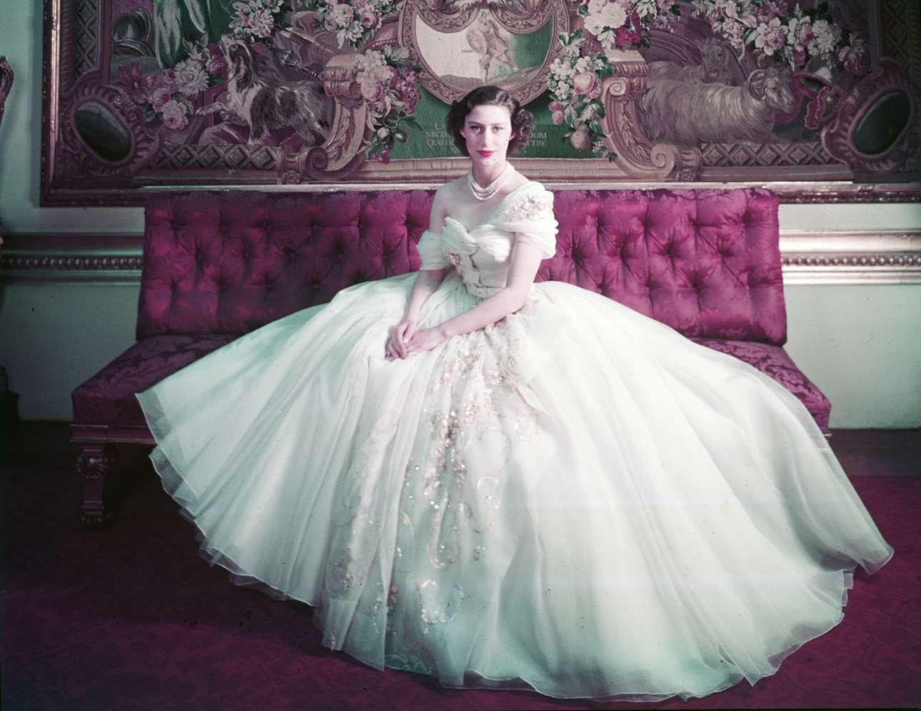Η πριγκίπισσα Μαργαρίτα ποζάρει στον φακό του θρυλικού φωτογράφου Σέσιλ Μπίτον για το βασιλικό της πορτρέτο την ημέρα των 21ων γενεθλίων της, φορώντας μία εντυπωσιακή τουαλέτα του Κριστιάν Ντιόρ