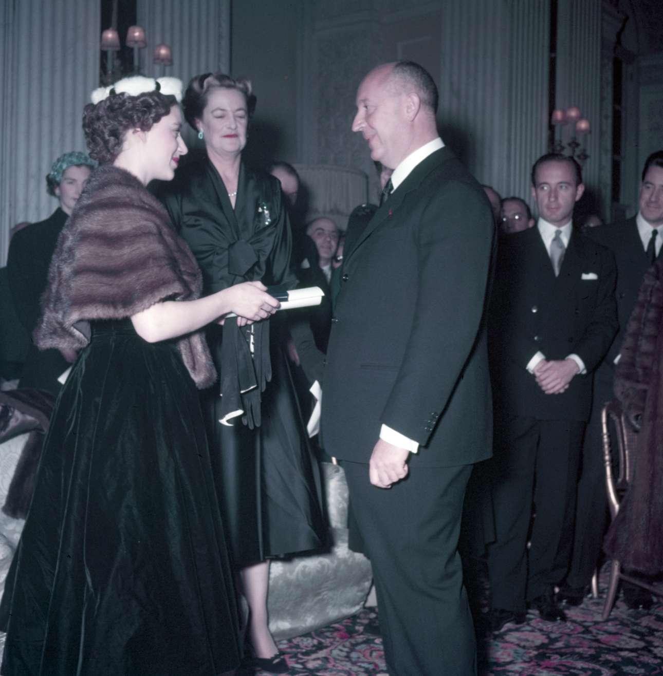 Η πριγκίπισα Μαργαρίτα απονέμει στον Κριστιάν Ντιόρ τον τίτλο του επιτίμου μέλους του Βρετανικού Ερυθρού Σταυρού μετά την επίδειξη του στο Ανάκτορο Μπλενχάιμ, τον Νοέμβριο του 1954