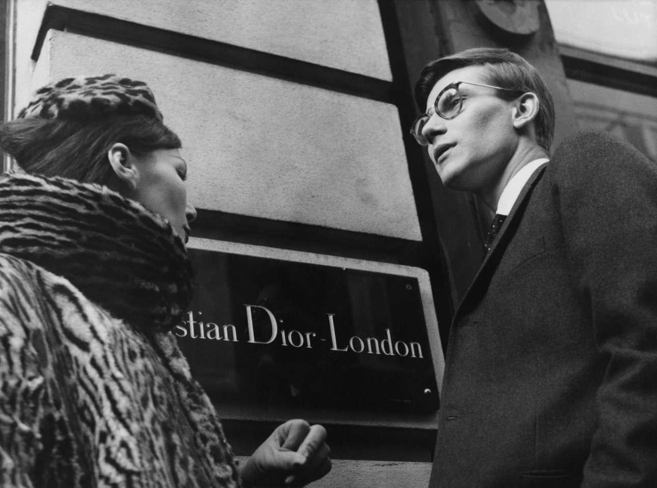 Ο Ιβ Σεν Λοράν έξω από το κατάστημα του Ντιόρ στο Λονδίνο, το 1958