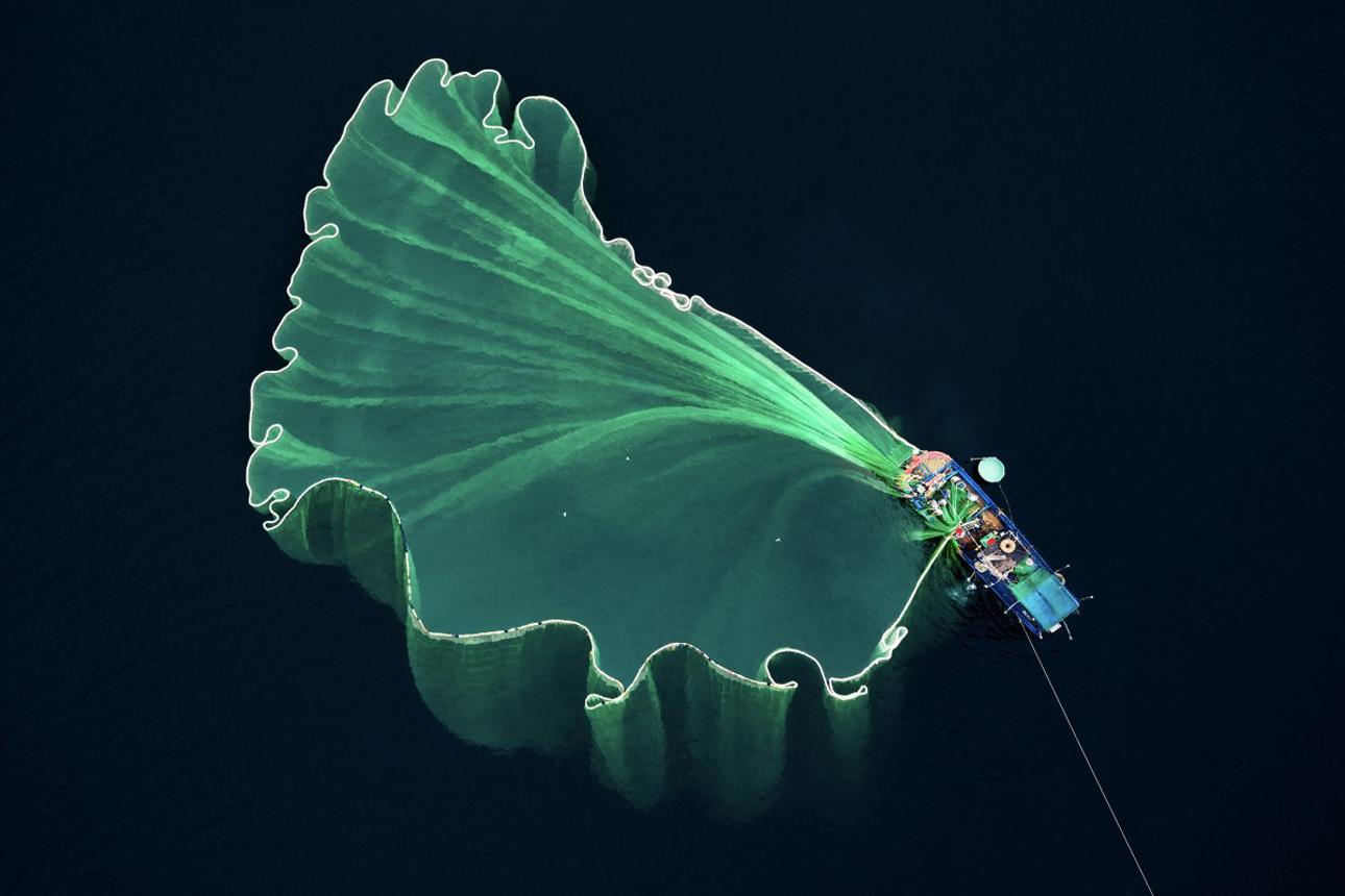 Δεύτερη θέση: Ενα τεράστιο δίχτυ ψαρέματος που μοιάζει με πανέμορφο λουλούδι, απλώνεται στα νερά του Βιετνάμ