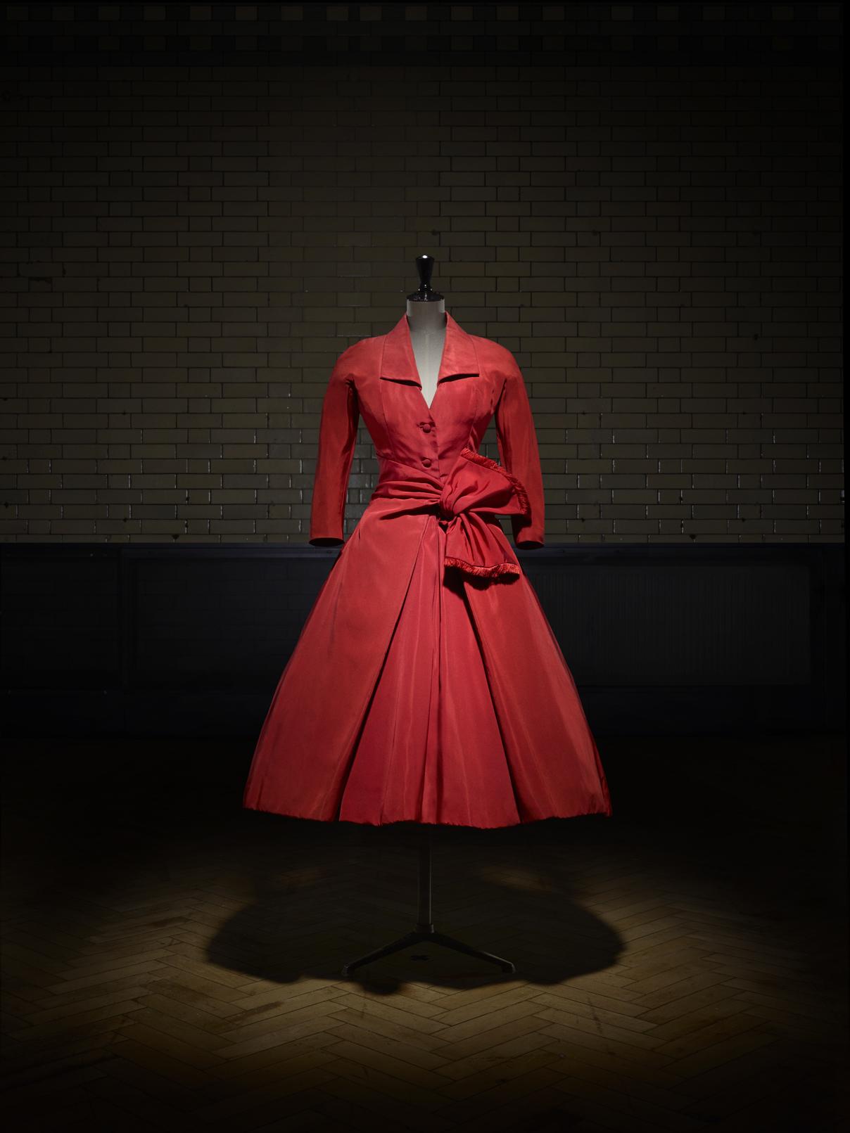 «Écarlate»: Απογευματινό φόρεμα από την κολεξιόν υψηλής ραπτικής Φθινόπωρο/Χειμώνας, 1955