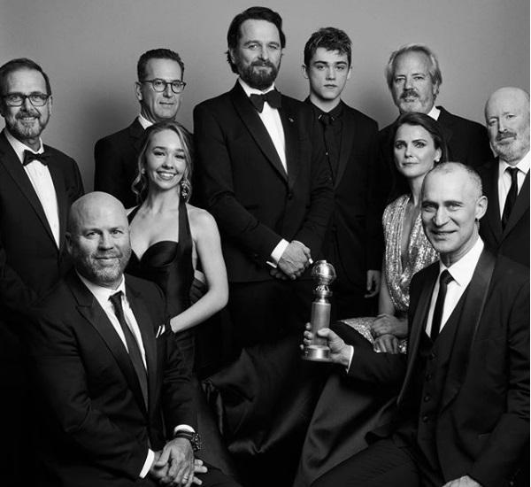 Οι συντελεστές της σειράς «The Americans», με τη Χρυσή Σφαίρα του καλύτερου σίριαλ στην κατηγορία του Δράματος
