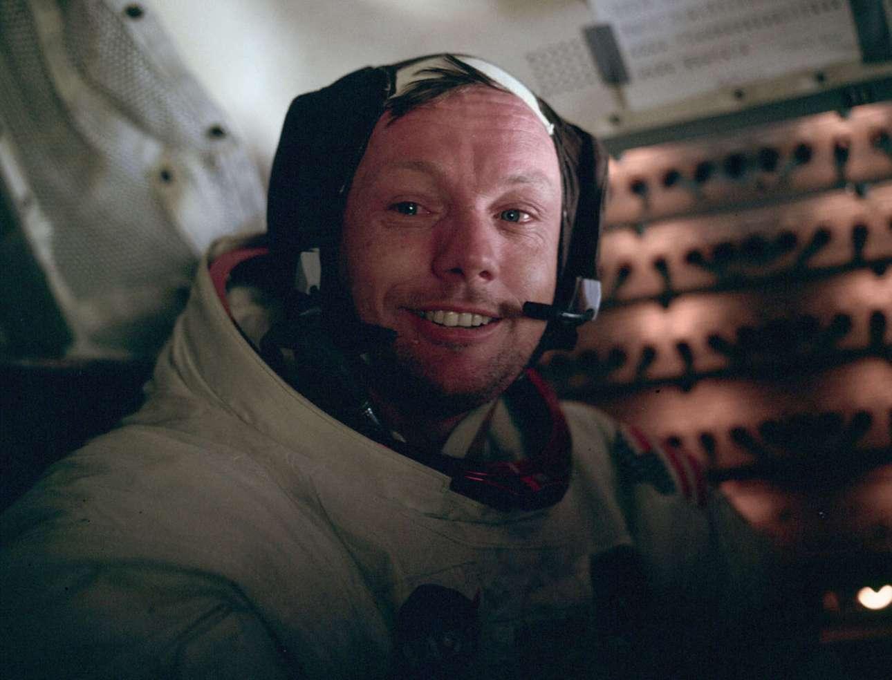 Ο Νιλ Αρμστρονγκ εμφανώς συγκινημένος μετά την ιστορική του βόλτα πάνω στη Σελήνη