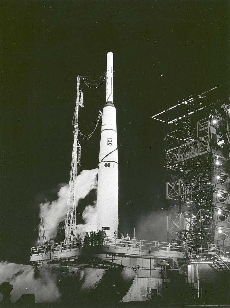 Ο δοκιμαστικός πύραυλος Pioneer 1 εκτοξεύεται από το Ακρωτήριο Κανάβεραλ στη Φλόριντα των ΗΠΑ, στις 11 Οκτωβρίου 1958. Το Pioneer 1 ήταν η πρώτη αποστολή της νεοσυσταθείσας ομάδας της NASA που δεν κατάφερε να μπει σε τροχιά, και έμελλε να ακολουθήσουν πολλές ακόμα αποτυχίες στις πρώιμες εξερευνήσεις στη Σελήνη