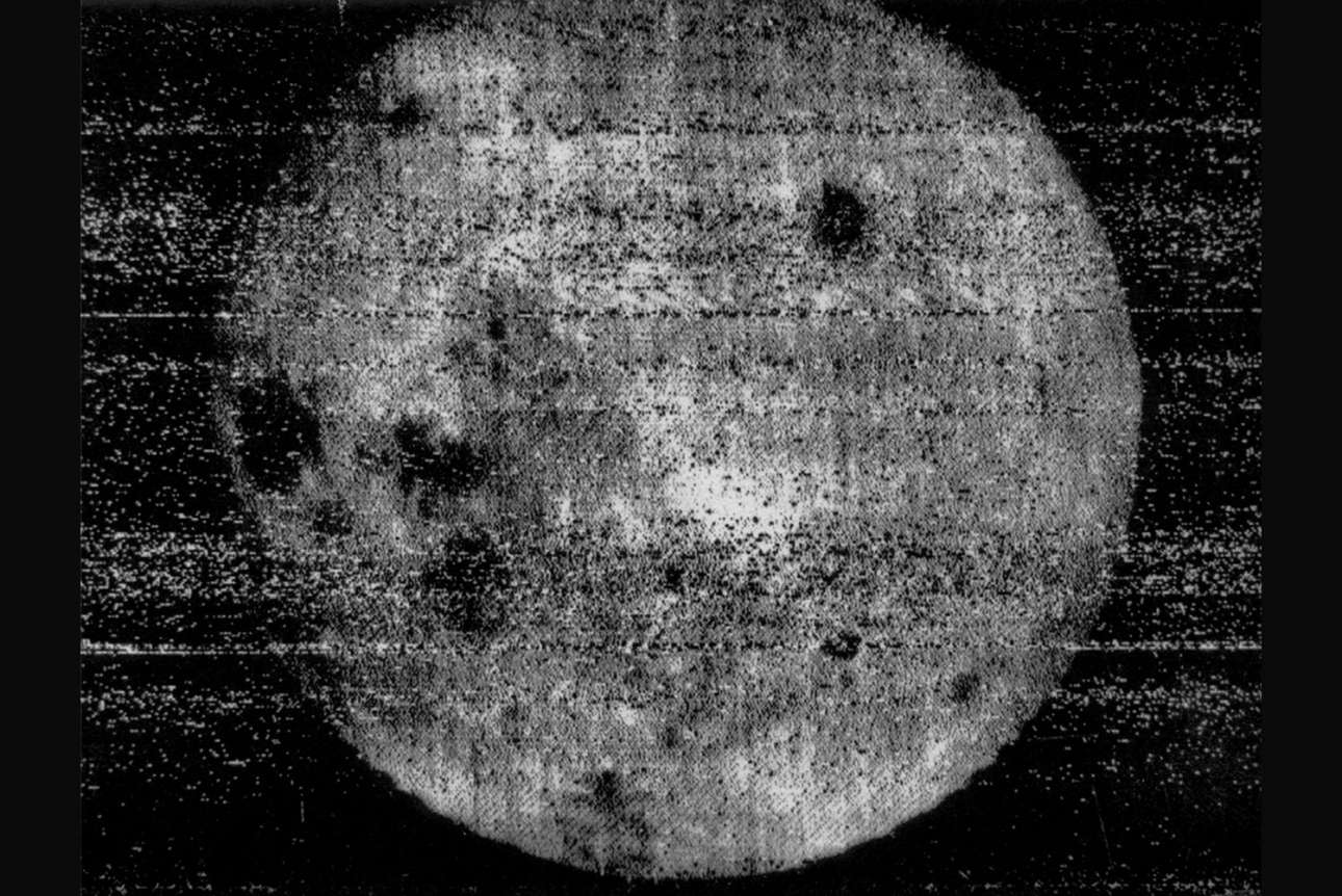 Το σοβιετικό Luna 3 επέστρεψε με τις πρώτες εικόνες από την αθέατη πλευρά της Σελήνης. Η παραπάνω φωτογραφία τραβήχτηκε στις 7 Οκτωβρίου 1959, σε απόσταση 63.500 χιλιομέτρων, αφού το Luna 3 είχε περάσει από τη Σελήνη και έβλεπε την πλευρά που φωτίζει ο ήλιος