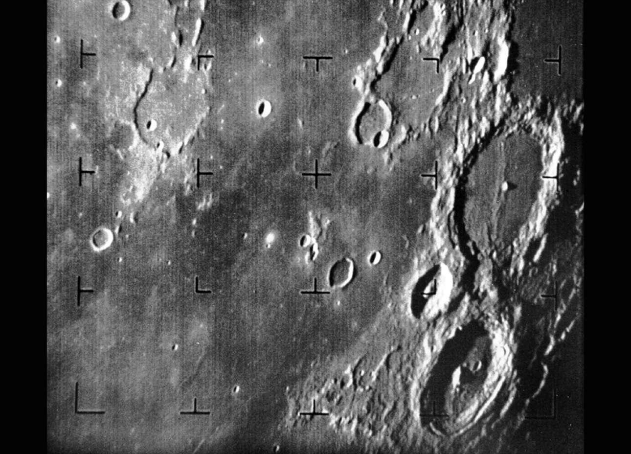 Και η πρώτη εικόνα της Σελήνης από διαστημικό όχημα των ΗΠΑ. Το Ranger 7 αποτύπωσε το παραπάνω καρέ στις 31 Ιουλίου 1964, περίπου 17 λεπτά πριν προσκρούσει στην επιφάνεια της Σελήνης. Ο μεγάλος κρατήρας που διακρίνεται στη δεξιά πλευρά είναι ο Aλφόνσος, πάνω βρίσκεται ο Πτολεμαίος και κάτω ο Arzachel