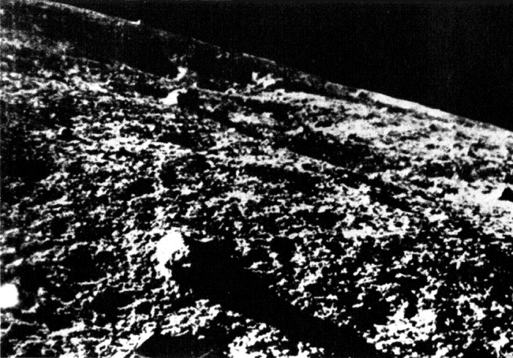 Η επιφάνεια της Σελήνης όπως την κατέγραψε το Luna 9, το πρώτο διαστημικό σκάφος που κατάφερε με επιτυχία μία μαλακή προσγείωση, στις 4 Φεβρουαρίου του 1966