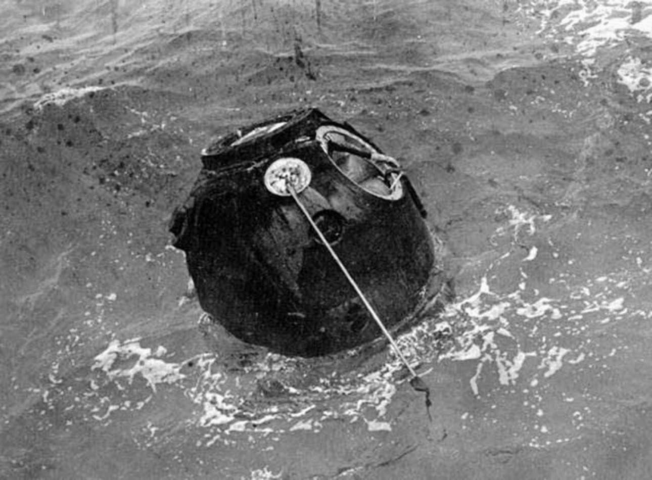 Το ρωσικό Zond 5 μετά την προσθαλάσσωση στον Ινδικό Ωκεανό, στις 21 Σεπτεμβρίου 1968. Hταν η πρώτη επιτυχημένη αποστολή που κατάφερε να κάνει τον γύρο της Σελήνης και να επιστρέψει στη Γη και η πρώτη που μετέφερε ζωντανούς οργανισμούς - ανάμεσα τους και δύο χελώνες που επιβίωσαν και επέστρεψαν στη Μόσχα- μέχρι τη Σελήνη και πίσω