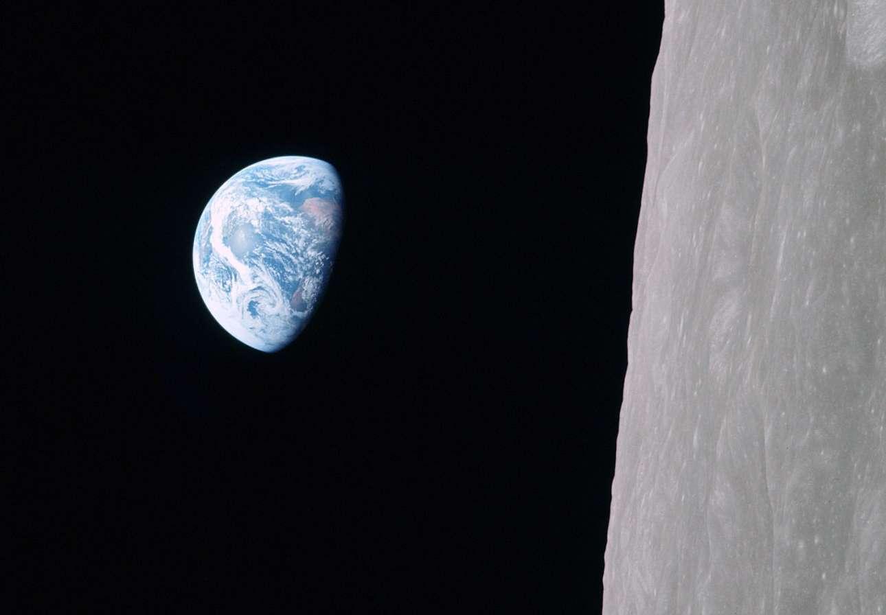 Η Γη όπως την απαθανάτισε ο αστροναύτης Μπιλ Αντερς μέσα από το διαστημικό σκάφος Apollo 8, στις 24 Δεκεμβρίου 1968. Το πλήρωμα του Apollo 8 ήταν οι πρώτοι άνθρωποι που αντίκρiσαν ολόκληρη τη Γη και κατέγραψαν την εμπειρία τους σε δεκάδες φωτογραφίες. Μία όμως έγραψε ιστορία: η εικόνα Earthrise -«Ανατολή της Γης», ένα συγκλονιστικό καρέ που δείχνει τον πολύχρωμο πλανήτη μας σε όλο του το μεγαλείο να ανατέλλει πίσω από από τον σεληνιακό ορίζοντα, με φόντο το μαύρο του αχανούς Διαστήματος