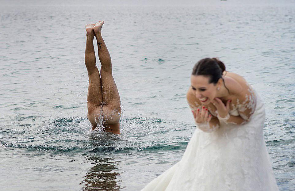 Νύφη ξεσπάει σε γέλια, καθώς ο σύζυγος της αποφάσισε να κάνει μια βουτιά γυμνός