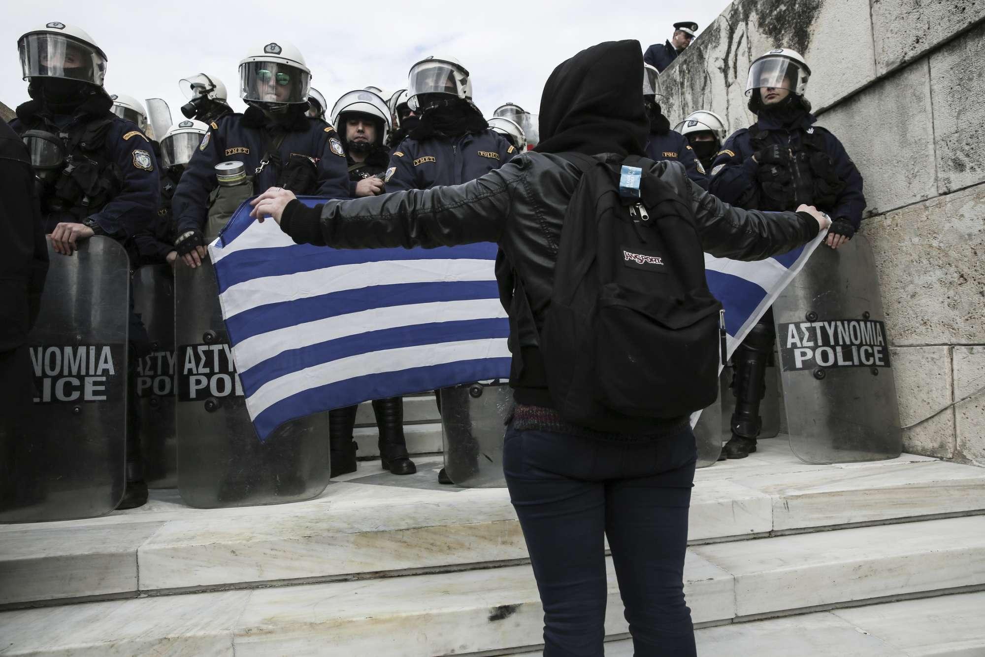 Με μια σημαία απέναντι στα ΜΑΤ