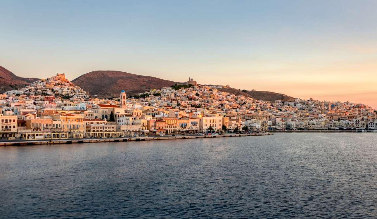 Η βρετανική εφημερίδα περιγράφει την Ερμούπολη στη Σύρο ως «έναν ενδιαφέροντα συνδυασμό ιταλικής Αναγέννησης και νεοκλασικισμού του Αιγαίου» όπου αντηχούν ρεμπέτικα τραγούδια από τα στενά της