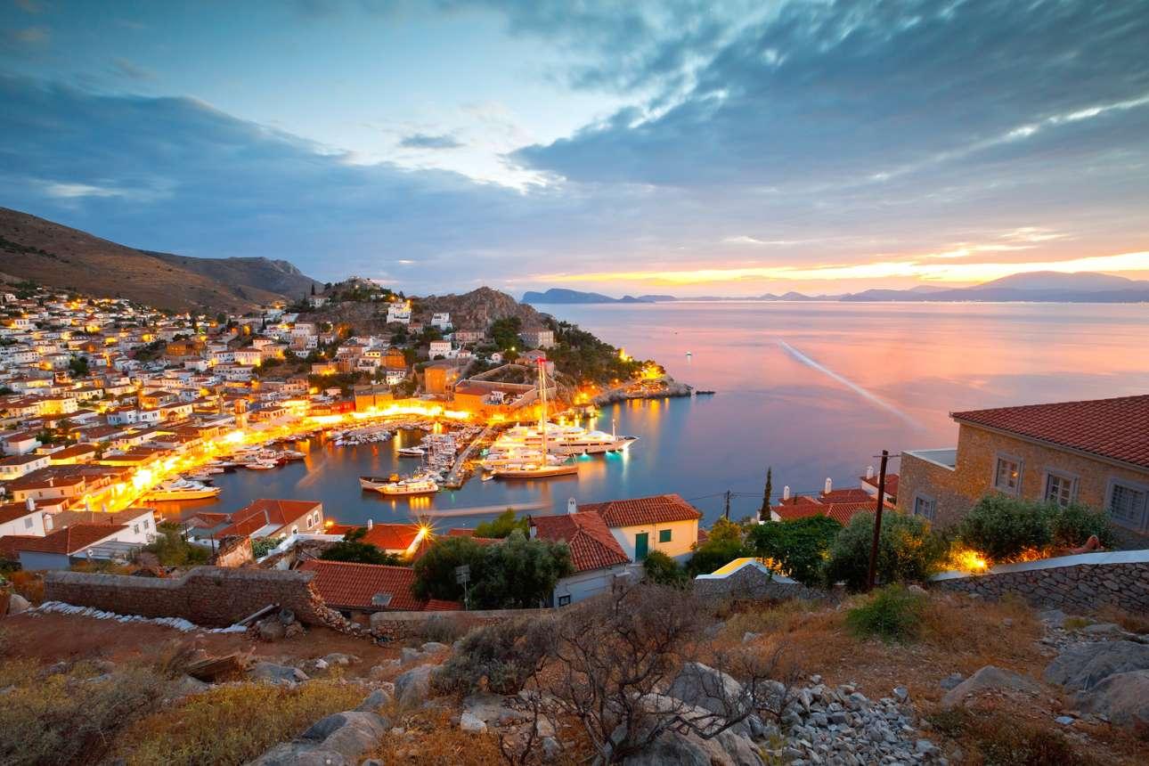 Σύμφωνα με την εφημερίδα, η Υδρα με τα περίφημα αρχοντικά της και το εκπληκτικό αμφιθεατρικό λιμάνι της, προσελκύει το εκλεπτυσμένο διεθνές τζετ σετ, σε αντίθεση με τη Μύκονο