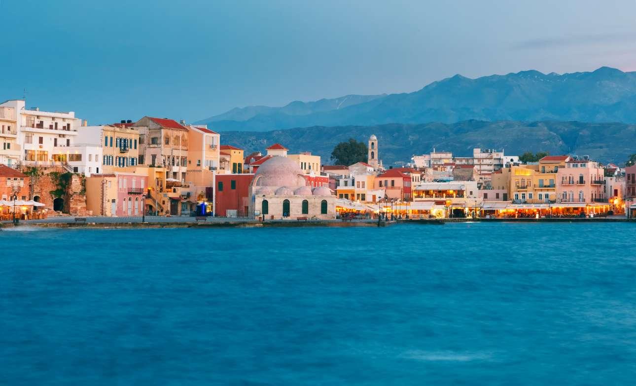 Στην πρώτη θέση, η πανέμορφη πόλη της Κρήτης που συνδυάζει αρμονικά την Ενετική, τη Βυζαντινή και την Οθωμανική εποχή με το σήμερα, τα αγαπημένα Χανιά