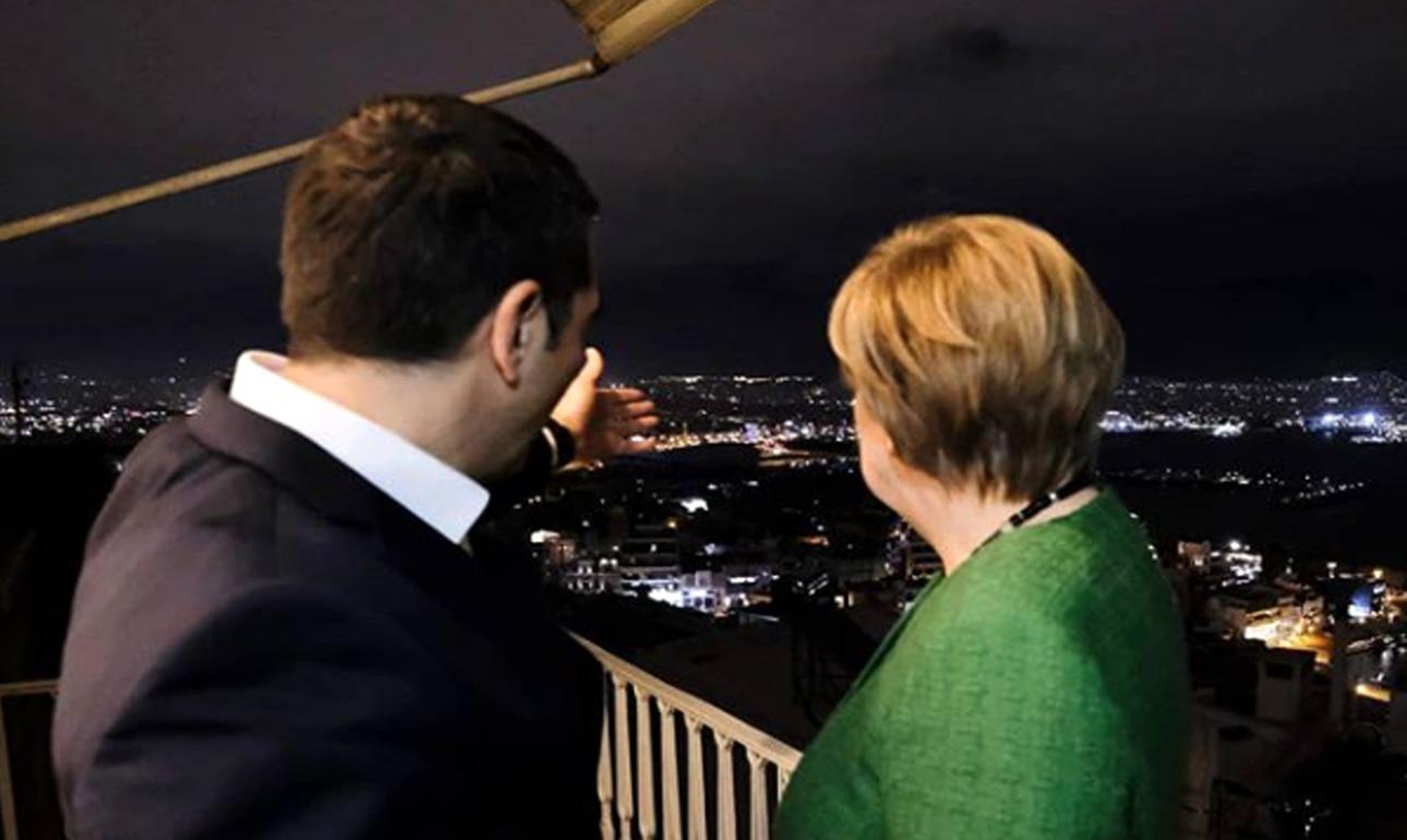 Πέμπτη 10 Ιανουαρίου. O Αλέξης Τσίπρας δείχνει στην Ανγκελα Μέρκελ τη θέα από τον λόφο του Προφήτη Ηλία στον Πειραιά, κατά τη διάρκεια του δείπνου τους στο εστιατόριο «Πανόραμα»