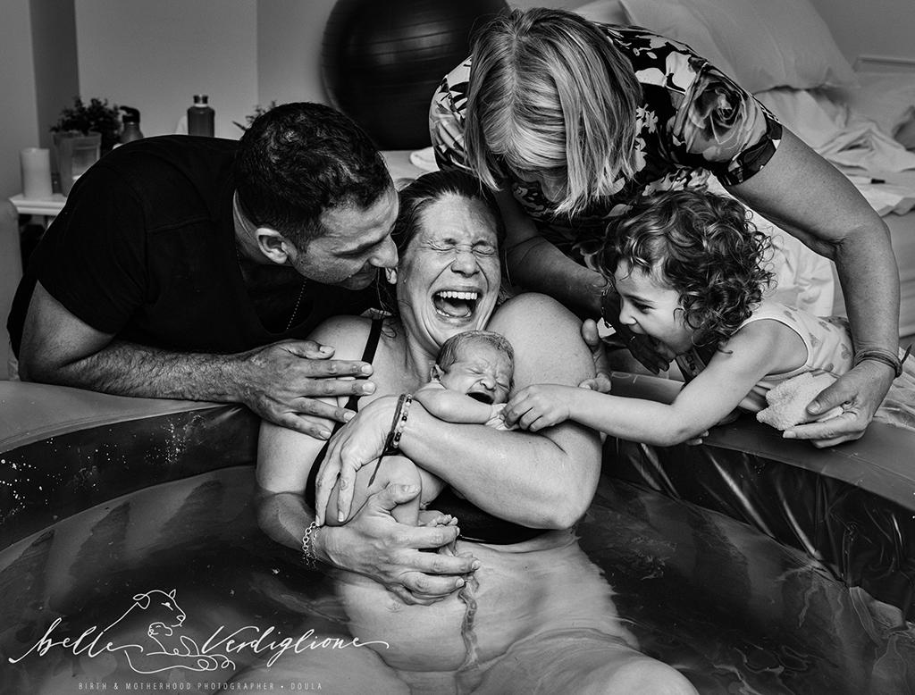 «Το μωρό -ουράνιο τόξο μας επιτέλους έφτασε» ο τίτλος της φωτογραφίας που κέρδισε το μεγάλο βραβείο του διαγωνισμού και απεικονίζει πολύ εύγλωττα τη χαρά που βιώνει όλη η οικογένεια με την άφιξη του νέου μέλους