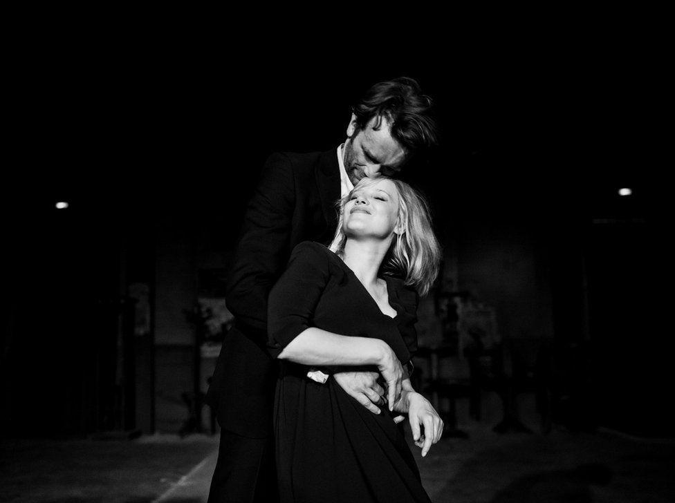 Ξεκινώντας από το 1949 και με φόντο την πολιτικά διαιρεμένη Ευρώπη, η ταινία «Ψυχρός Πόλεμος» καταγράφει την ταραχώδη σχέση ενός ζευγαριού στη διάρκεια μιας δεκαετίας