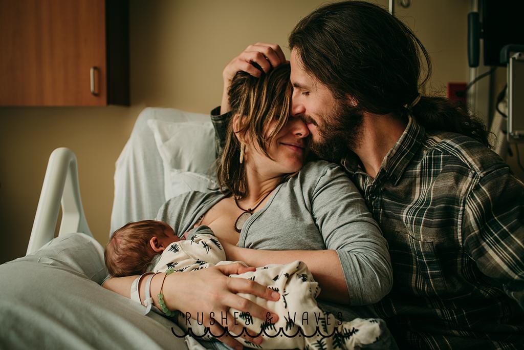 Πρώτη θέση στην κατηγορία «Οι πρώτες 48 ώρες (Fresh 48)». Μία νέα μητέρα θηλάζει ενώ την αγκαλιάζει τρυφερά ο σύντροφος της
