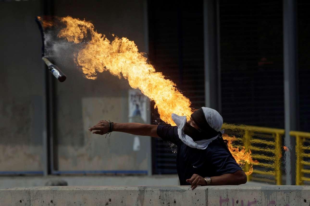Τρίτη, 29 Ιανουαρίου, Ονδούρα. Διαδηλωτής πετά βόμβα μολότοφ κατά τη διάρκεια συγκρούσεων με τις αστυνομικές δυνάμεις, στο περιθώριο πορείας διαμαρτυρίας ενάντια στον πρόεδρο της χώρας Χουάν Ορλάντο Ερνάντες.