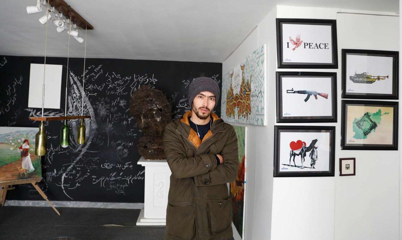 Μαχντί Ζαχάκ, ετών 25, καλλιτέχνης ποζάρει σε γκαλερί της Καμπούλ: «Υπάρχει ελπίδα για ειρήνη, αλλά ο μόνος τρόπος για να επιτευχθεί είναι αν οι Ταλιμπάν δεχθούν την πρόοδο που έχει γίνει στη χώρα τα τελευταία 17 χρόνια και μας αφήσουν να απολαύσουμε τις ζωές μας»