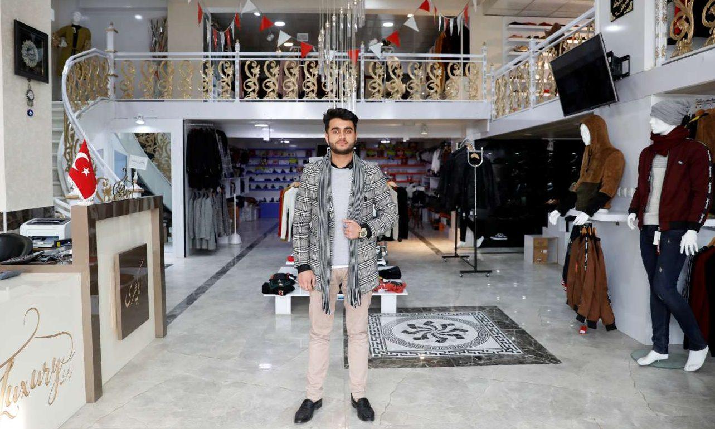 Σοχαΐλ Αταγιέ, ετών 22, ιδιοκτήτης καταστήματος με ακριβά ρούχα: «Μας έχει κουράσει ο πόλεμος. Θέλουμε ειρήνη για να ζήσουμε μία καλύτερη ζωή»