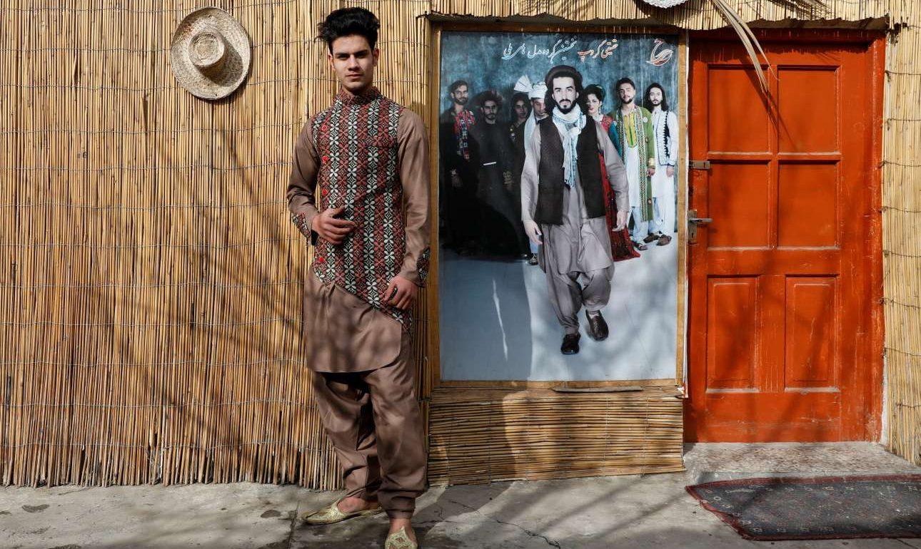 O 18χρονος Σουλτάν Κασίμ Σαγίντι είναι μοντέλο στην Καμπούλ. Ο Σαγίντι οργώνει το Facebook, YouTube και Instagram για να μάθει για τη μόδα και το μόντελινγκ και αντλεί έμπνευση από τον αγαπημένο του σταρ της ποπ Τζάστιν Μπίμπερ. Φοβάται ότι αν έρθουν οι Ταλιμπάν, δεν θα επιτρέπουν στη νεολαία να ασχολείται με τη μόδα, ωστόσο πιστεύει ότι αν φύγουν τα αμερικανικά στρατεύματα, θα έρθει ειρήνη