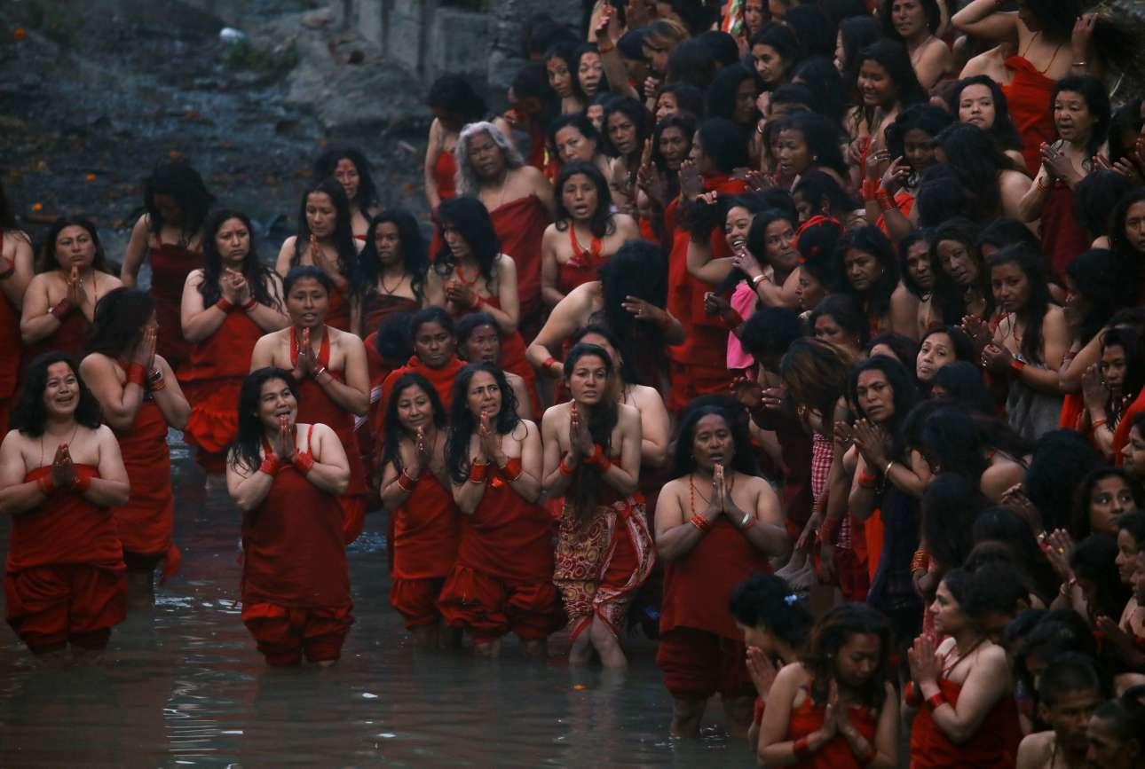 Δευτέρα, 4 Φεβρουαρίου, Νεπάλ. Ινδουίστριες προσεύχονται προτού βουτήξουν στον ποταμό Μπακμάτι στο πλαίσιο του φεστιβάλ Swasthani Brata Katha στο Κατμαντού