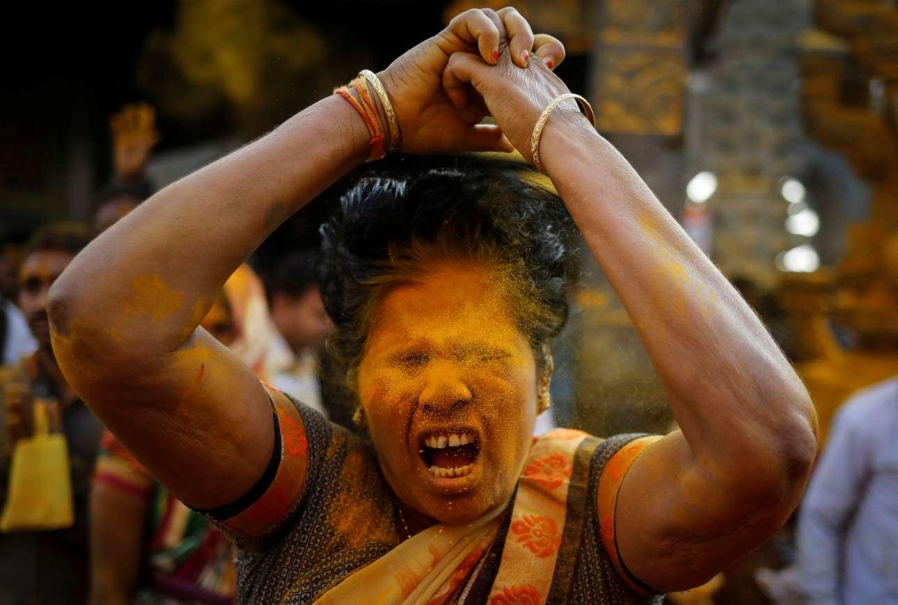 Τρίτη, 5 Φεβρουαρίου, Ινδία. Στιγμιότυπο από τελετουργικό πριν από τελετή προς τιμήν του θεού Khandoba, προστάτη των κτηνοτρόφων, κατά το Somvati Amavasya (Χωρίς καθόλου φεγγάρι) στο Jejuri