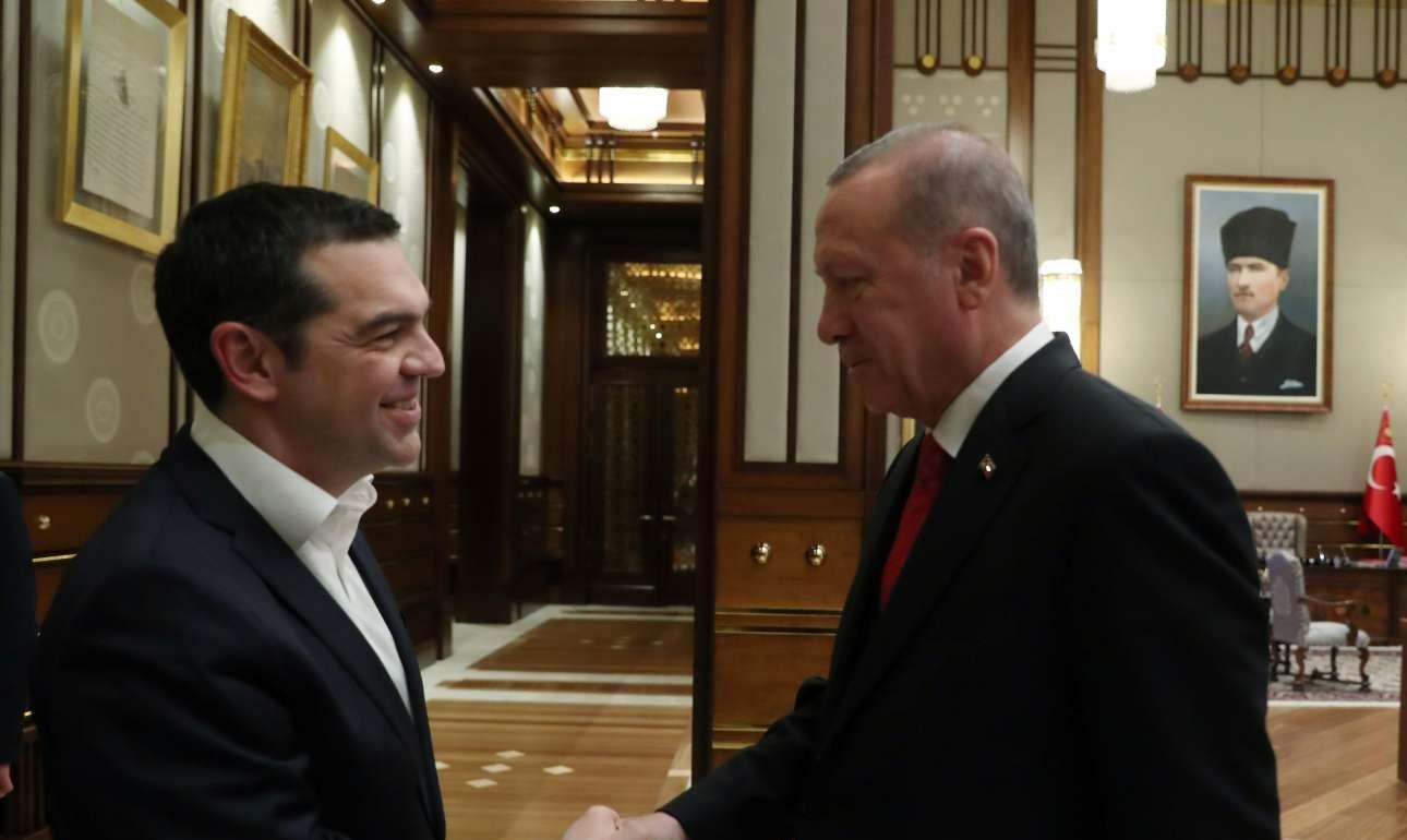 Μια χειραψία που μπορεί να σημαίνει πολλά. Ο Αλέξης Τσίπρας στο παλάτι του Ερντογάν υπό το «βλέμμα» του Κεμάλ