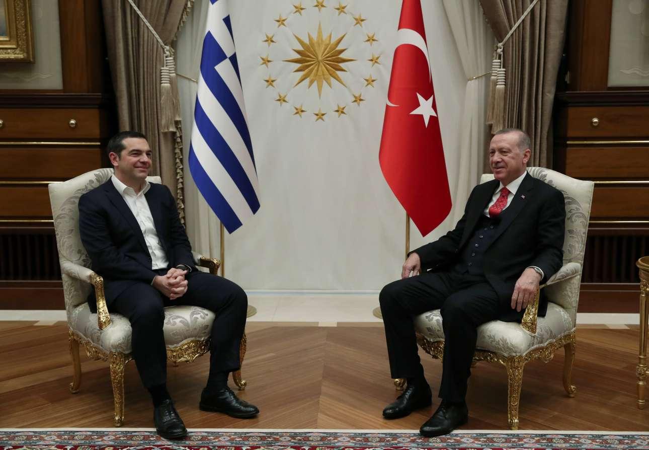 Ο Αλέξης Τσίπρας με τον Ταγίπ Ερντογάν σε μια μάλλον αμήχανη στιγμή - και για τους δύο