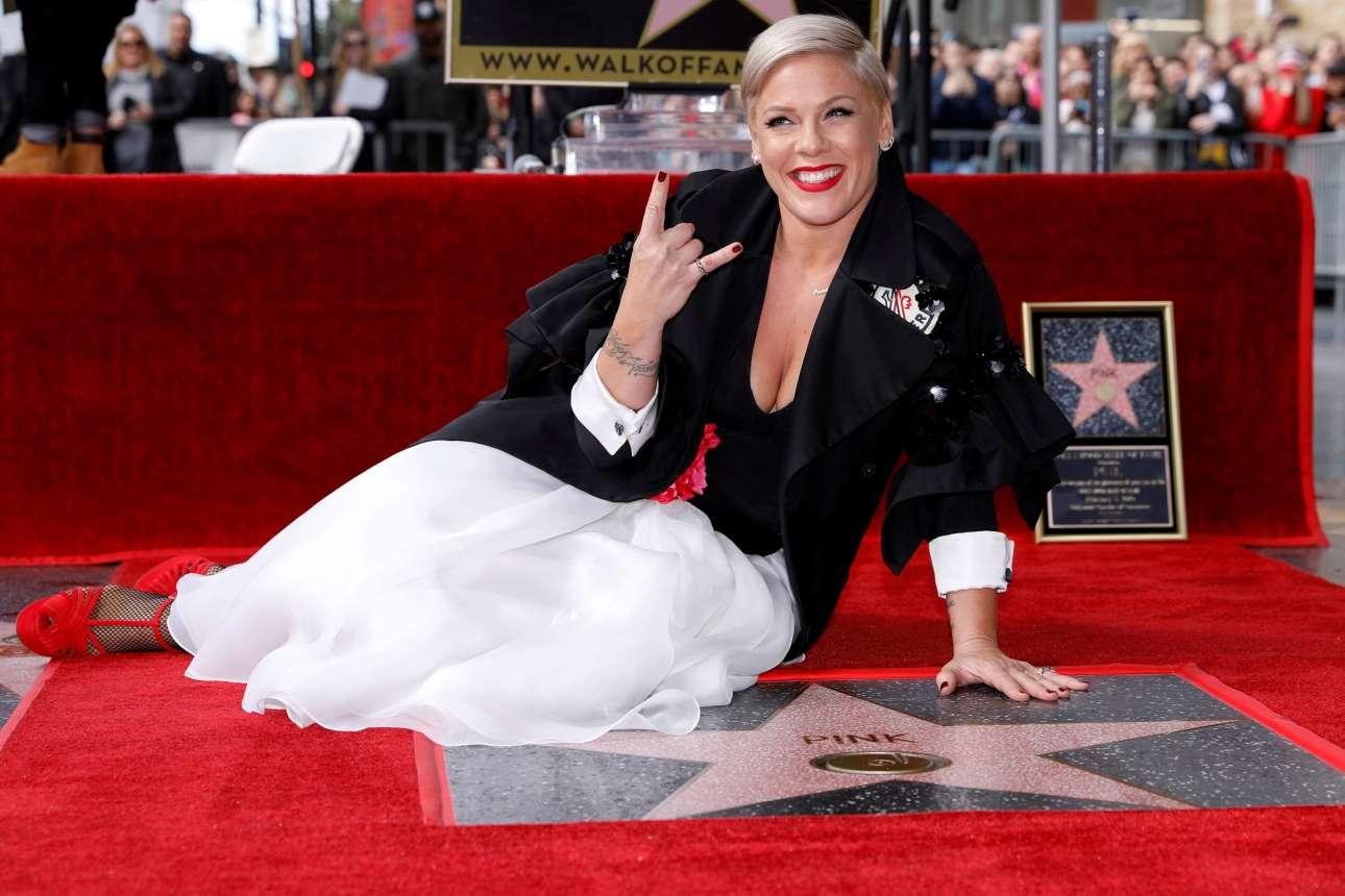 Τρίτη, 5 Φεβρουαρίου, ΗΠΑ. H αμερικανίδα τραγουδίστρια Pink, μετά από 23 συναπτά έτη στον χώρο της μουσικής κατάφερε να έχει το δικό της αστέρι στο Hollywood Walk of Fame