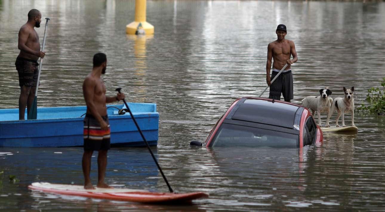 Παρασκευή, 8 Φεβρουαρίου, Βραζιλία. Κόσμος προσπαθεί να ανασύρει ένα αυτοκίνητο από πλημμυρισμένο δρόμο της γειτονιάς Barra da Tijuca στο Ρίο ντε Τζανέιρο. Η πόλη πλήττεται από καταρρακτώδεις βροχές που συνοδεύονται από ισχυρούς ανέμους, προκαλώντας τεράστια προβλήματα και καταστροφές. Τουλάχιστον πέντε άτομα έχουν έχουν χάσει τη ζωή τους από τις πλημμύρες
