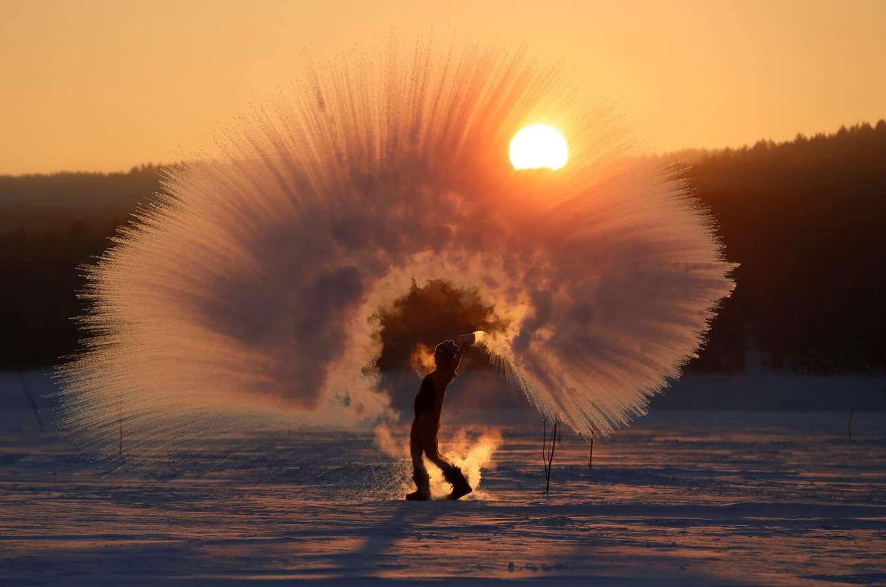 Παρασκευή, 8 Φεβρουαρίου, Ρωσία. Μία γυναίκα πετά στον αέρα νερό, το οποίο παγώνει στιγμιαία, εν μέσω πολικών θερμοκρασιών στο Κρασνογιάρσκ