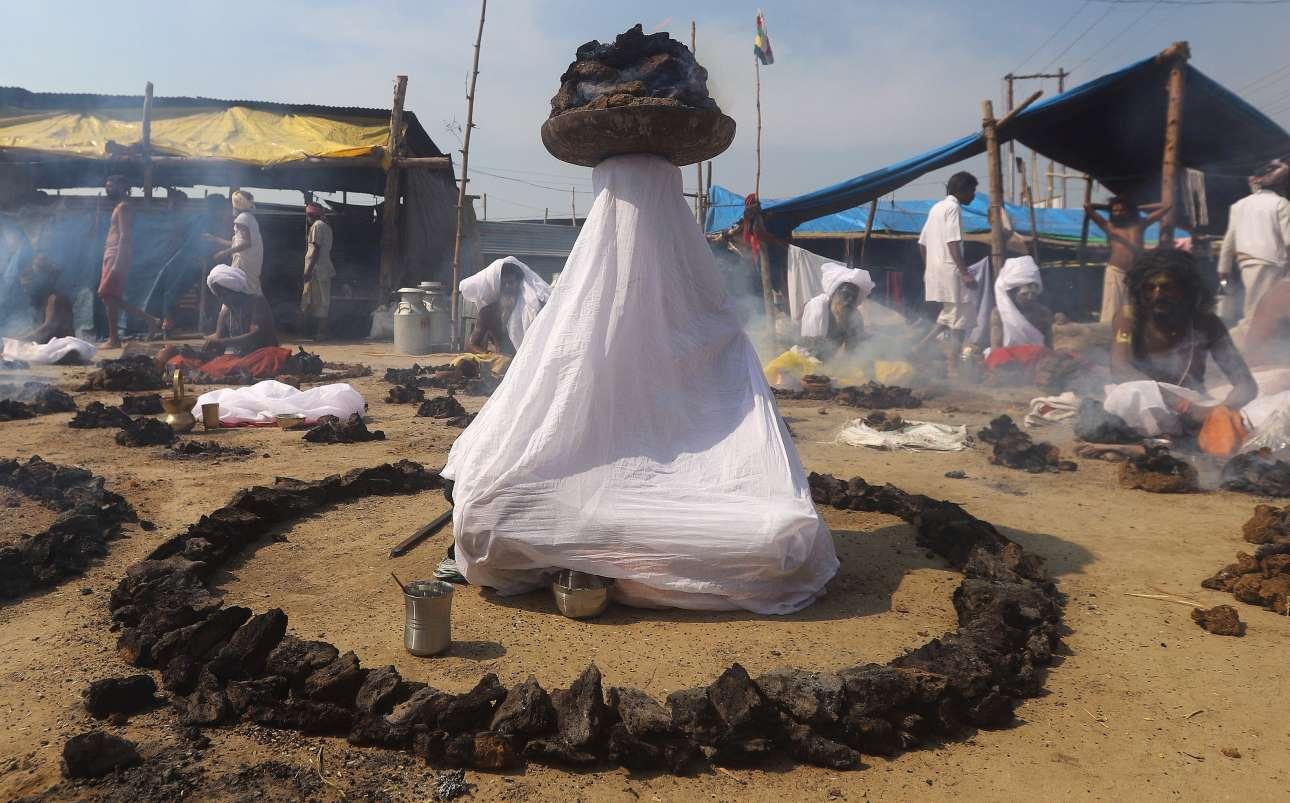 Δευτέρα, 11 Φεβρουαρίου, Ινδία. Ινδουιστές «ιεροί άνδρες» κατά τη διάρκεια του θρησκευτικού φεστιβάλ Pitcher στην πόλη Πραγιαγκράι