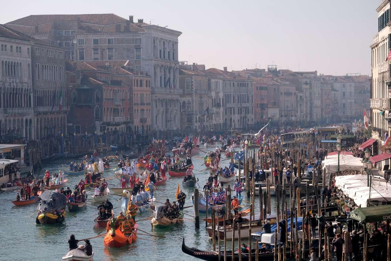 Δευτέρα, 18 Φεβρουαρίου, Ιταλία. Η Βενετία βρίσκεται σε ρυθμούς Καρναβαλιού. Η πόλη των δόγηδων κήρυξε την επίσημη έναρξη των φετινών καρναβαλικών εκδηλώσεων