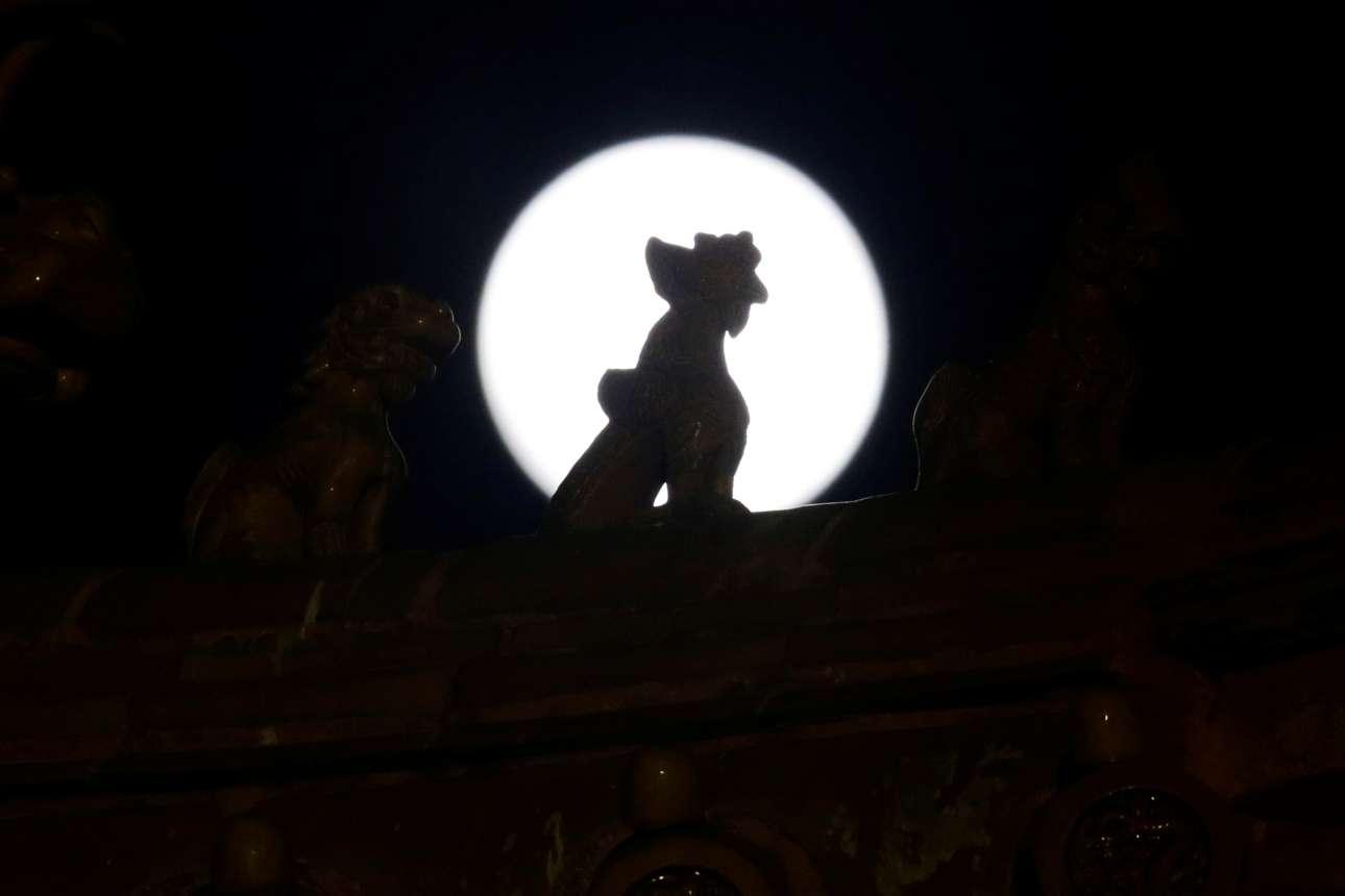 Ενας μικρός δράκος της Απαγορευμένης Πόλης στο Πεκίνο μπροστά από το φεγγάρι